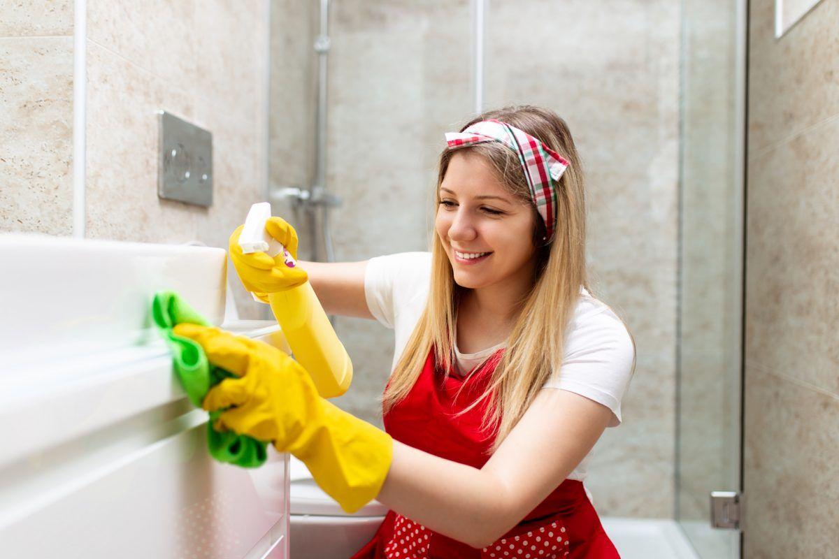 kobieta sprząta łazienkę
